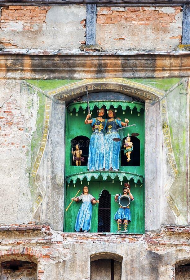 Figurines en bois dans la tour d'horloge médiévale photo libre de droits