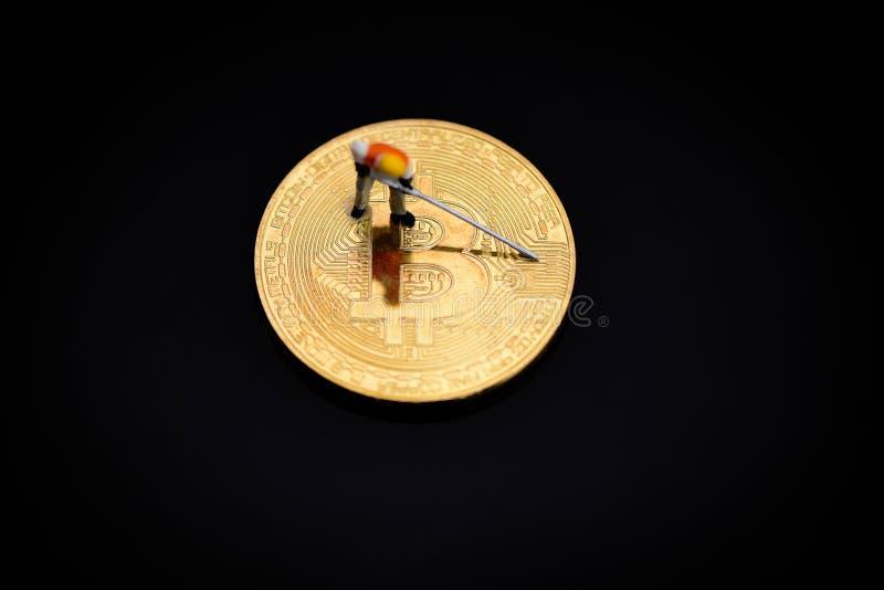 Figurines fonctionnant le creusement d'or de extraction de Bitcoin sur le mien virtuel de bitcoin de cryptocurrency photo libre de droits