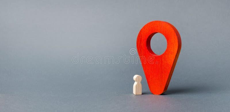 figurka dziecko stojaki blisko ogromnego czerwonego pointeru tropi? lokacj? dziecko w czasie rzeczywistym, kontrola rodzic?w _ obrazy royalty free