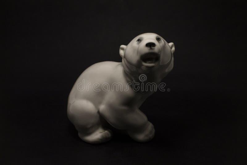 Figurka niedźwiedź polarny na ciemnym tle obraz royalty free