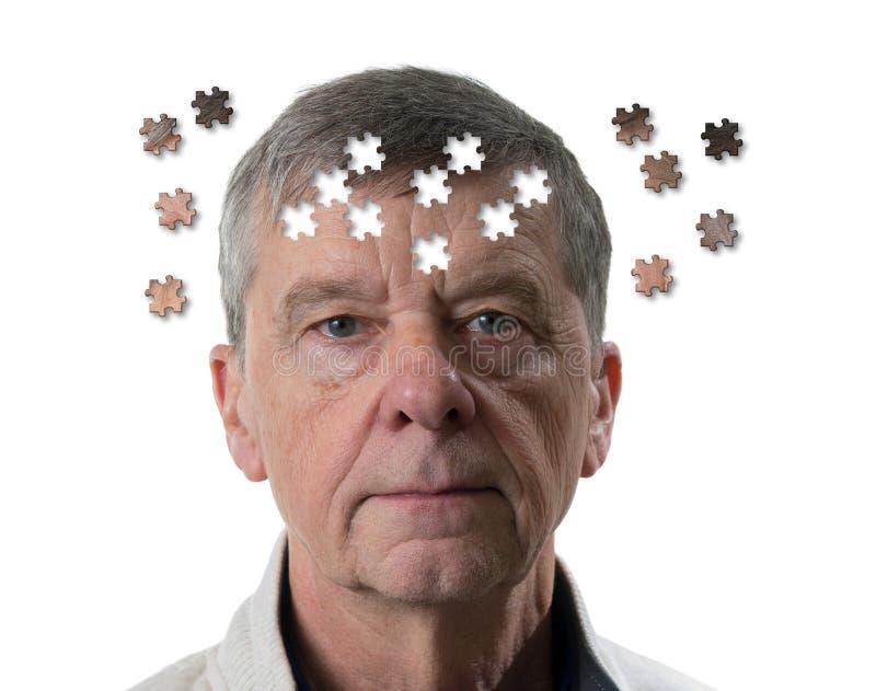 Figursågbegrepp av mentalsjukdomen eller demens med den höga caucasian mannen som ser ledsen in i kamera royaltyfri bild