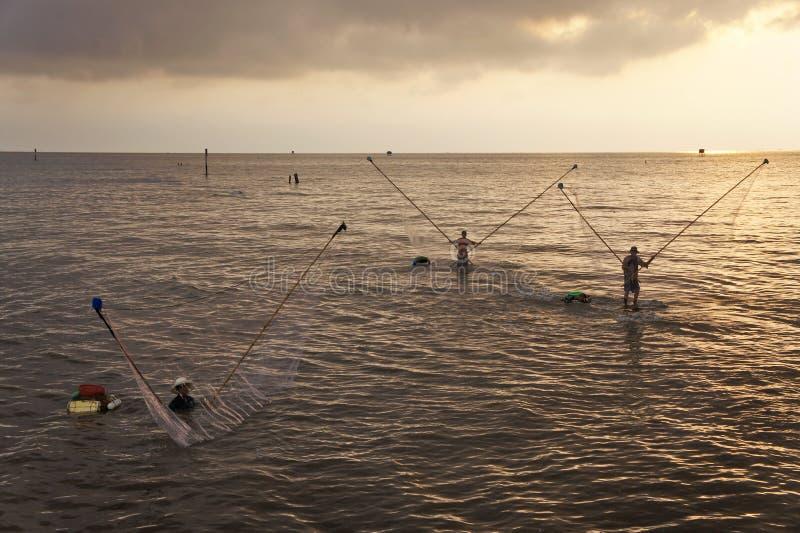 Fihsing i den mekong deltan arkivfoton