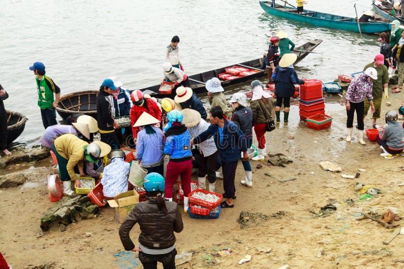 Fiishmarkt op het strand in Quang Binh-provincie, Vietnam stock afbeelding