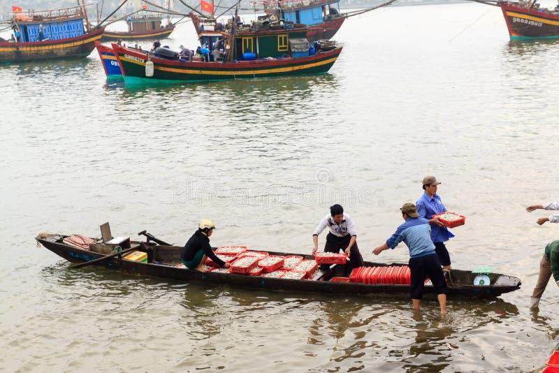 Fiishmarkt op het strand in Quang Binh-provincie, Vietnam royalty-vrije stock foto's