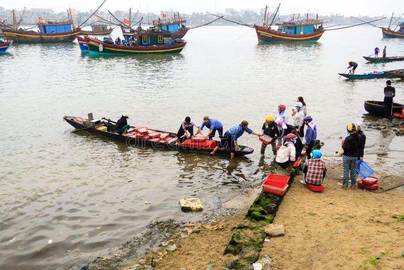 Fiishmarkt op het strand in Quang Binh-provincie, Vietnam stock foto's