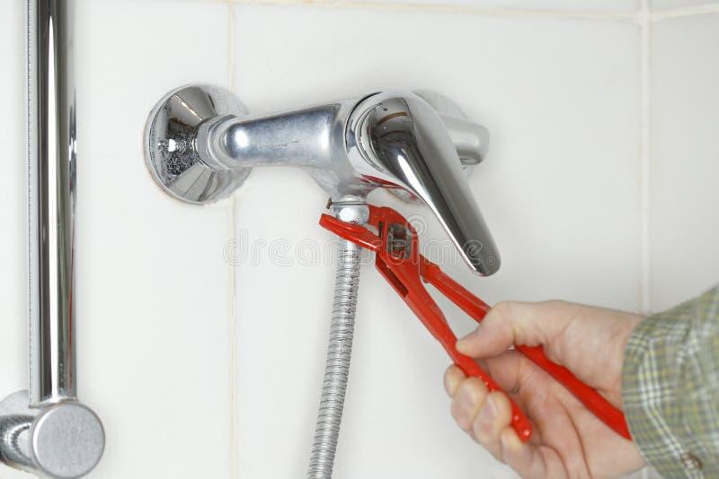 Fijación de un tubo de la ducha imagen de archivo libre de regalías