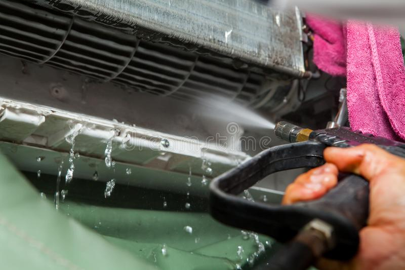 Fijación del reparador y unidad del acondicionador de aire de la limpieza fotografía de archivo libre de regalías