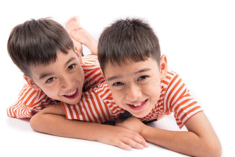 Fijación sonriente del pequeño de los hermanos hermano del muchacho así como cara feliz fotografía de archivo