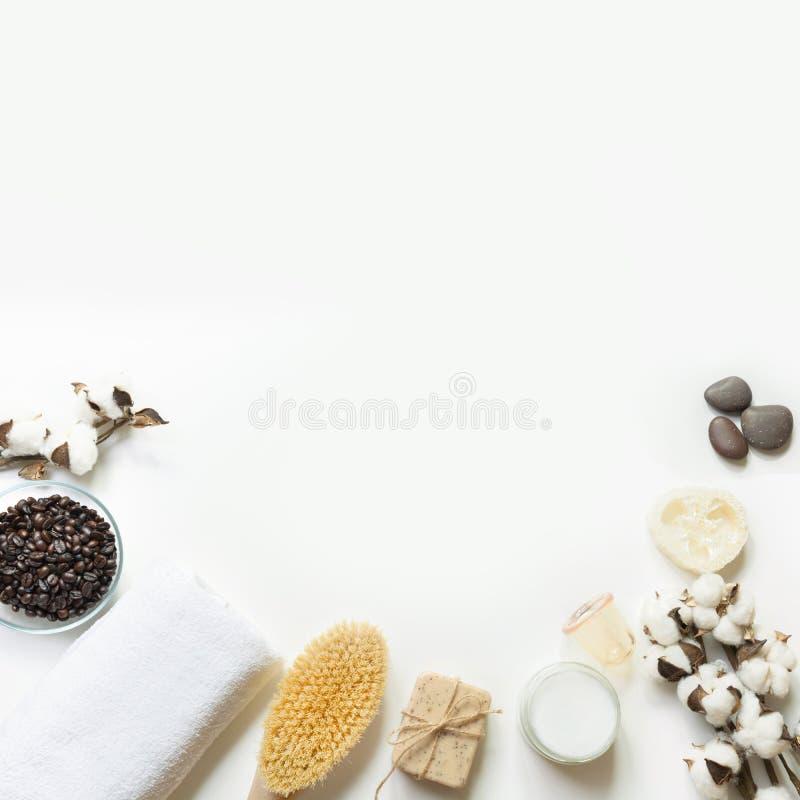 Fijado para el retiro de las celulitis, granos de café, aceite de coco, algodón, tarro del vacío en el fondo blanco Copie el espa fotografía de archivo libre de regalías