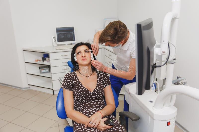 Fijando y determinando la mordedura y la posición de mandíbulas con la ayuda de un dispositivo con un estimulador neuromuscular M imagen de archivo libre de regalías