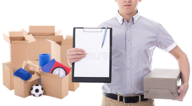 Fije al hombre del servicio de entrega que sostiene el tablero y la cartulina en blanco fotografía de archivo