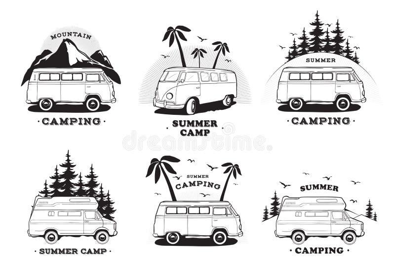 Fije con el logotipo del remolque que acampa Coches en un fondo del paisaje con la montaña de las letras, campamento de verano Re stock de ilustración