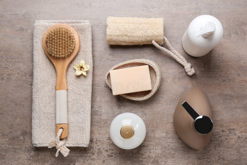 Fije de bañar los cosméticos y los accesorios en la tabla imágenes de archivo libres de regalías