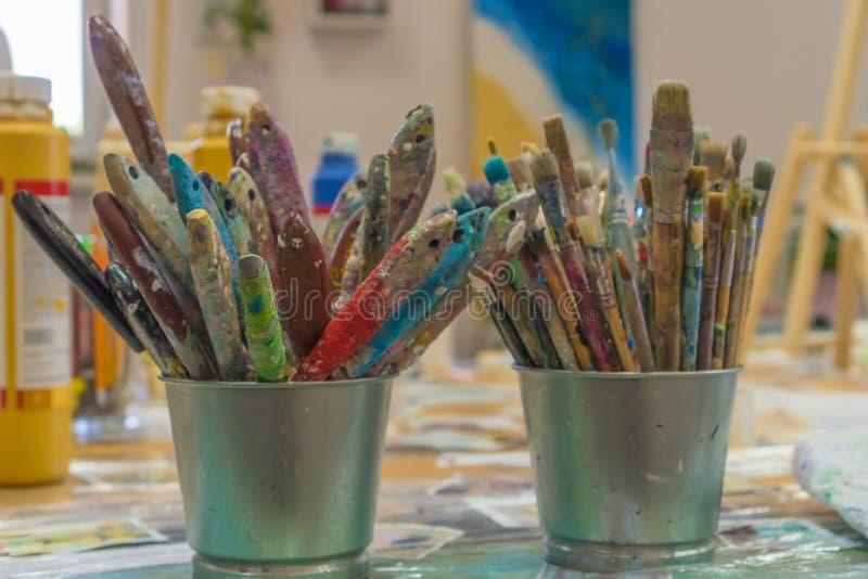 Fije de brochas multicolor en la taza Brochas y pinturas para dibujar imágenes de archivo libres de regalías