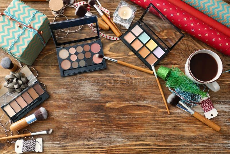 Fije de cosméticos con la decoración para los regalos de la Navidad en la tabla de madera fotografía de archivo