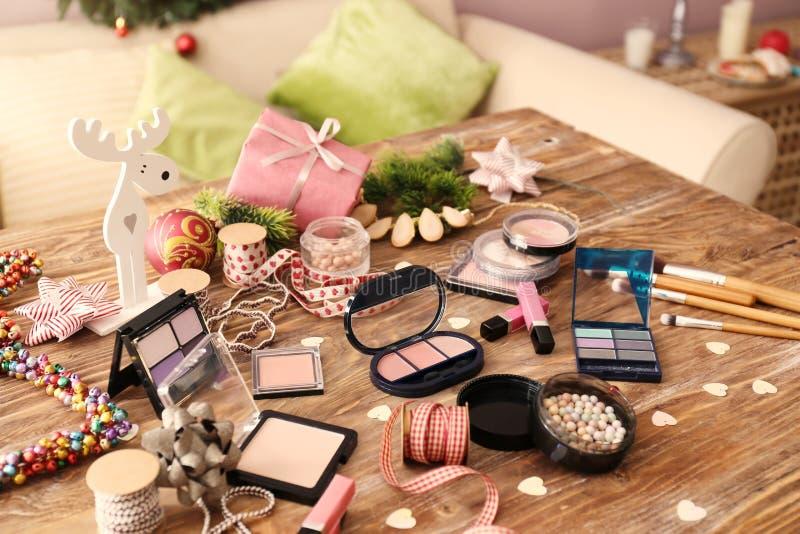 Fije de cosméticos con la decoración para los regalos de la Navidad en la tabla de madera imagenes de archivo
