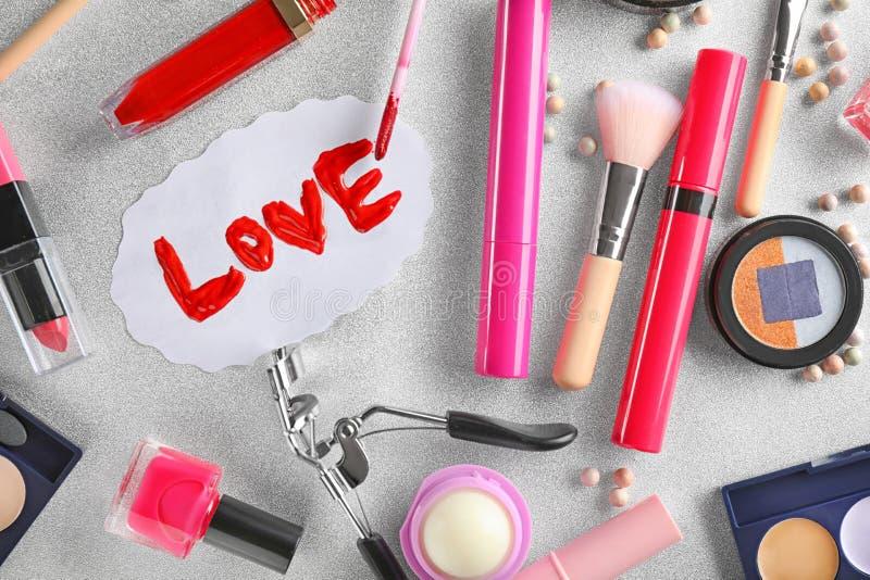 Fije de cosméticos con la palabra AMOR en fondo gris foto de archivo libre de regalías