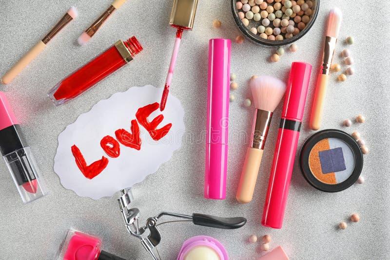 Fije de cosméticos con la palabra AMOR en fondo gris imagen de archivo libre de regalías