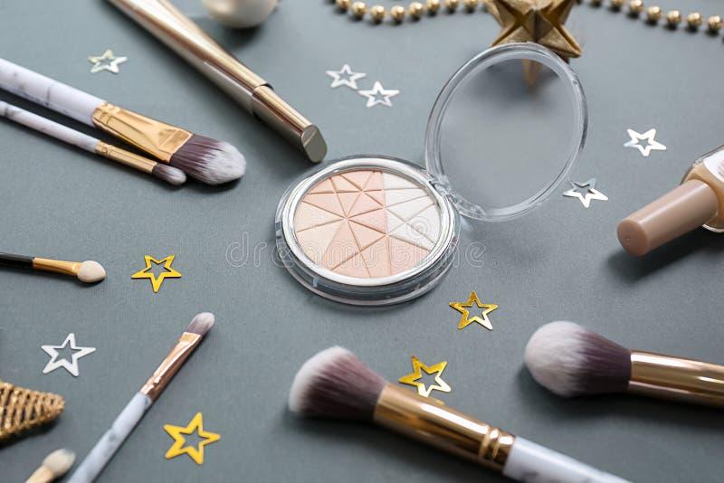 Fije de cosméticos con las decoraciones en fondo gris fotos de archivo libres de regalías