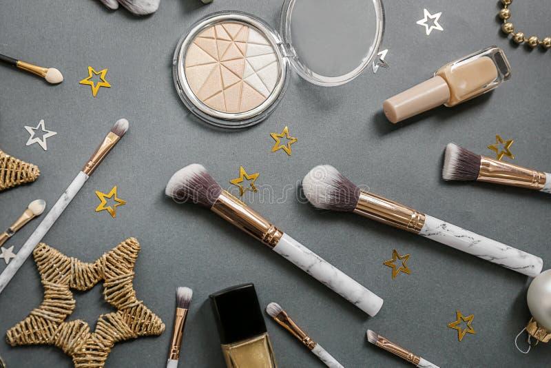 Fije de cosméticos con las decoraciones en fondo gris fotografía de archivo libre de regalías
