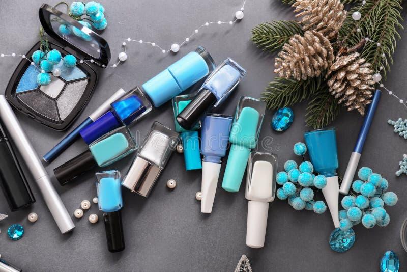 Fije de cosméticos con las decoraciones de la Navidad en fondo gris fotos de archivo