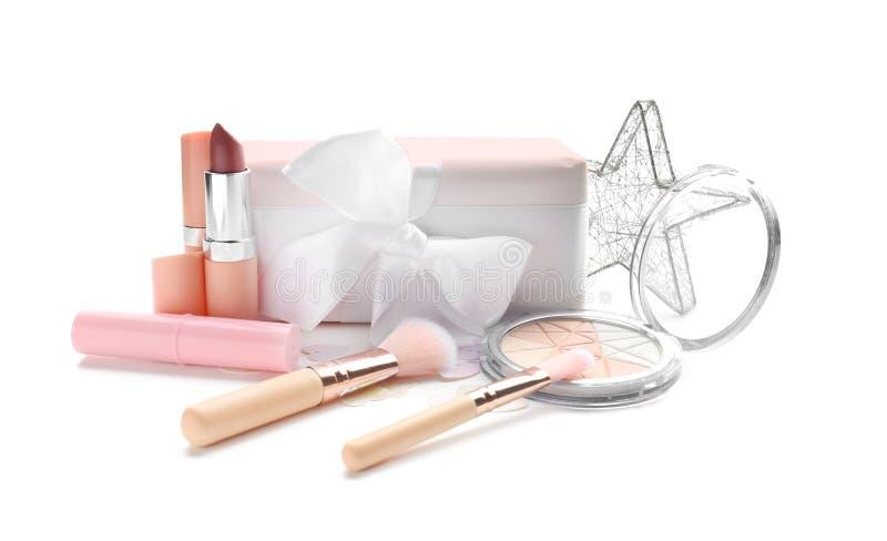 Fije de cosméticos decorativos con la caja de regalo en el fondo blanco imágenes de archivo libres de regalías