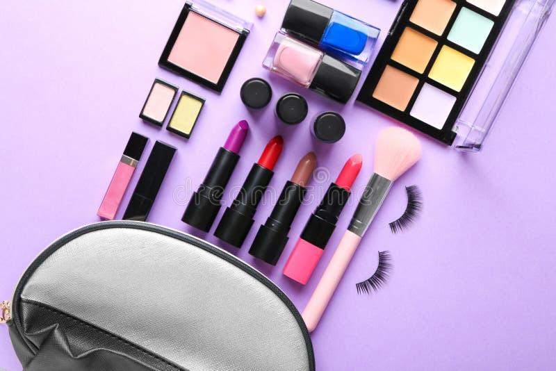 Fije de cosméticos decorativos en el fondo del color, endecha plana imagen de archivo