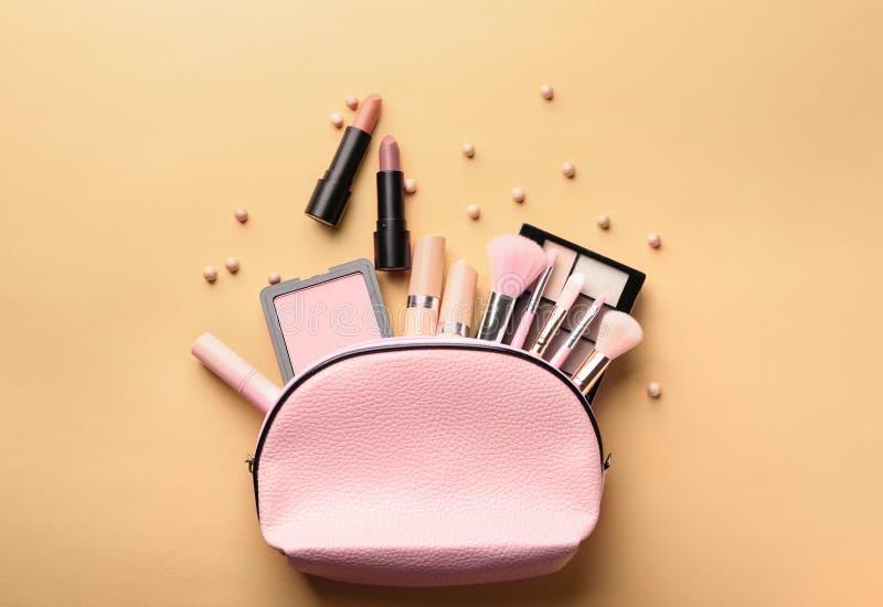 Fije de cosméticos decorativos en el fondo del color, endecha plana fotos de archivo libres de regalías