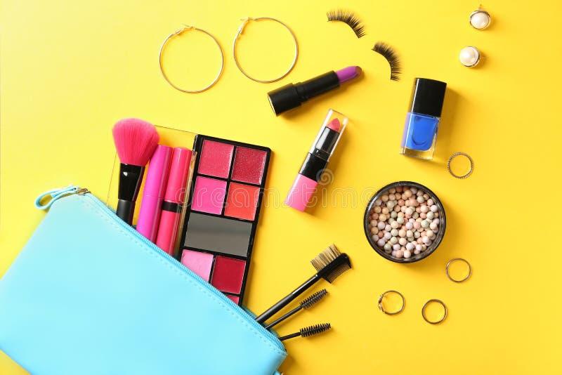 Fije de cosméticos decorativos en el fondo del color, endecha plana imágenes de archivo libres de regalías