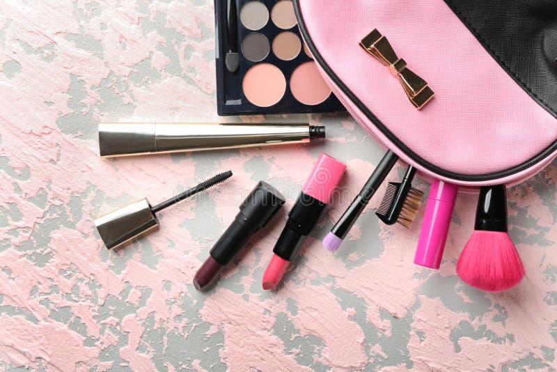 Fije de cosméticos decorativos en el fondo del color, endecha plana imagen de archivo libre de regalías