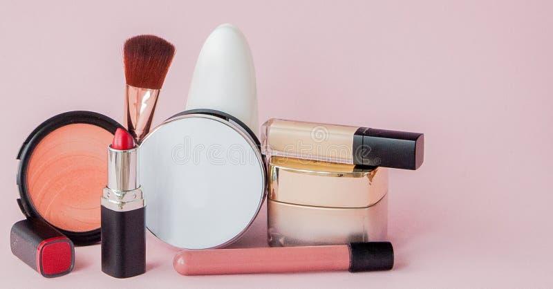 Fije de cosméticos, de las herramientas del maquillaje y del accesorio decorativos profesionales en fondo rosado con el espacio d fotografía de archivo libre de regalías