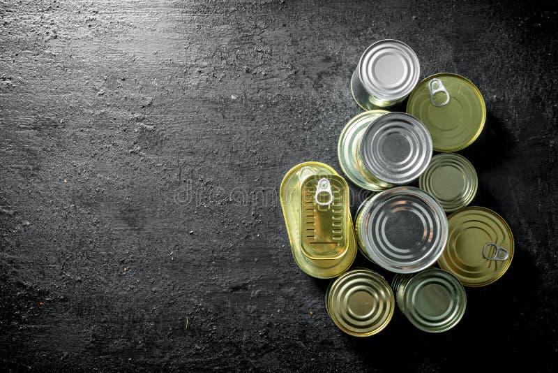 Fije de diferentes tipos de latas con la comida enlatada fotos de archivo