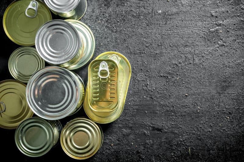 Fije de diferentes tipos de latas con la comida enlatada imagen de archivo