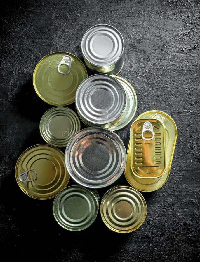 Fije de diferentes tipos de latas con la comida enlatada fotografía de archivo
