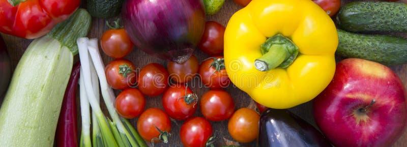 Fije de diversas frutas y verduras crudas orgánicas en la superficie de madera, visión desde arriba Visión superior Primer fotos de archivo