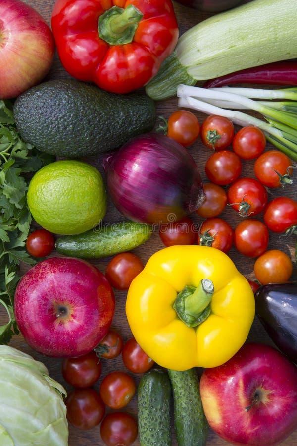 Fije de diversas frutas y verduras crudas orgánicas en la tabla de madera, por encima Visión superior, endecha plana foto de archivo