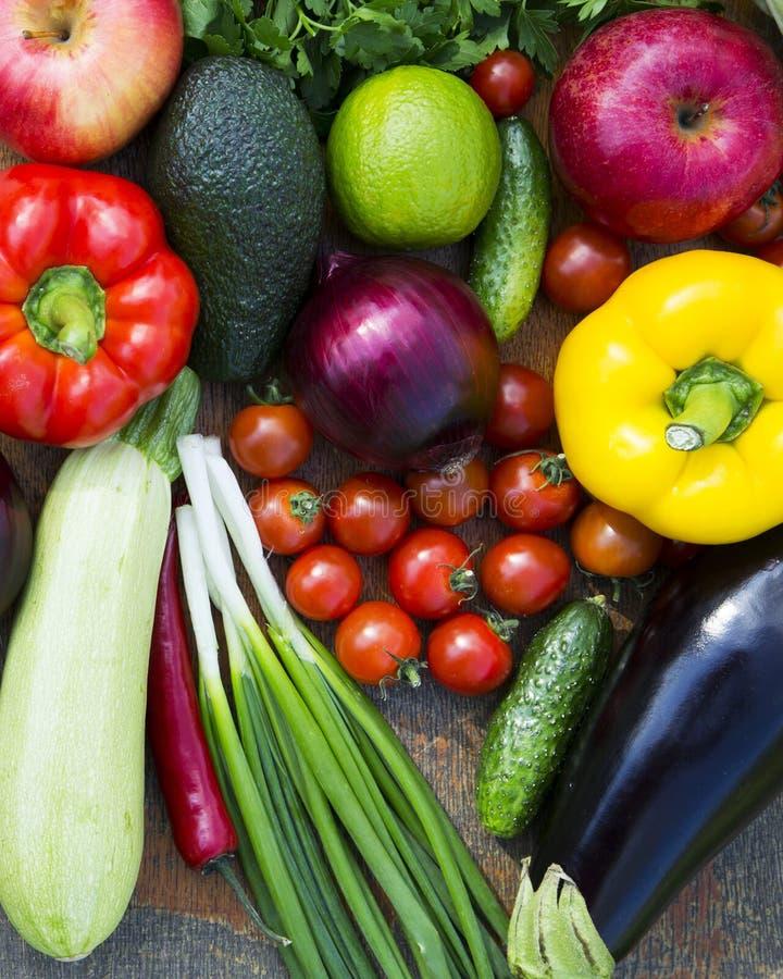 Fije de diversas frutas y verduras crudas orgánicas en la tabla de madera, por encima Visión superior primer fotos de archivo libres de regalías
