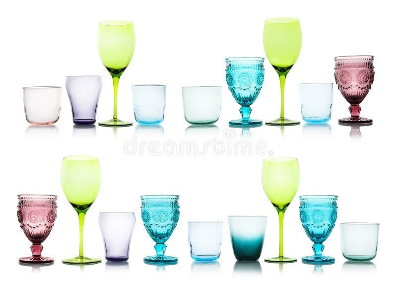 Fije de diversos vidrios vacíos multicolores en blanco fotos de archivo