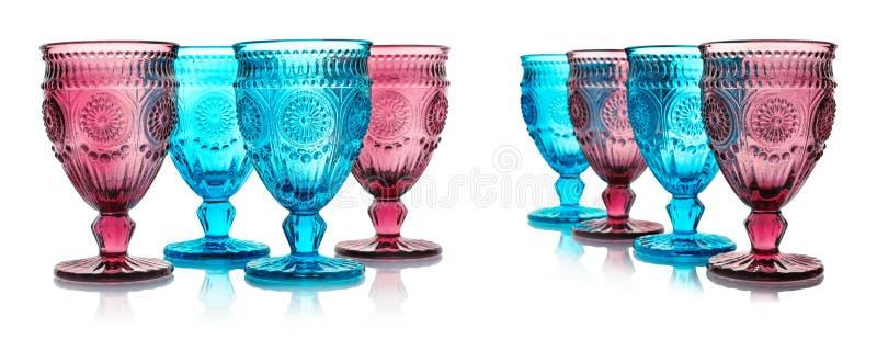 Fije de diversos vidrios vacíos multicolores en blanco foto de archivo libre de regalías