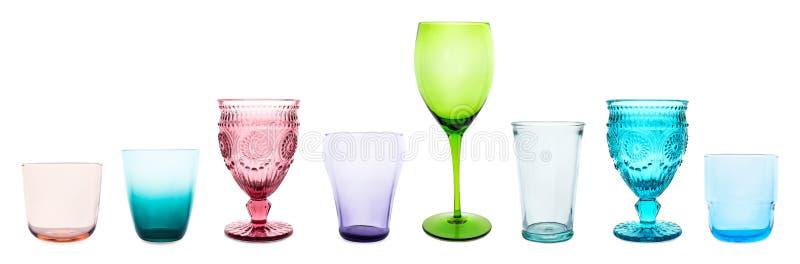 Fije de diversos vidrios vacíos multicolores en blanco foto de archivo