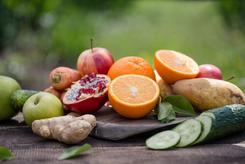 Fije de frutas tropicales verano colorido y fresco, comidas sanas muchas fruta madura mezclada en fondo natural verde fotografía de archivo