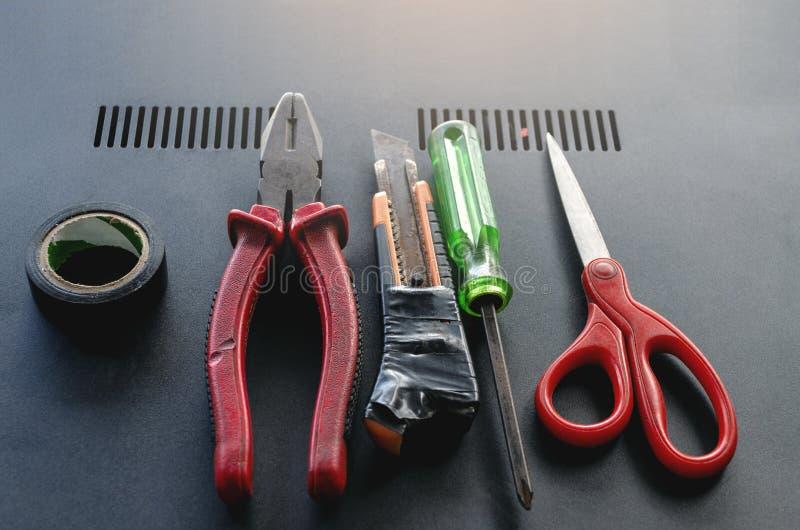 Fije de herramientas eléctricas usadas profesional para el técnico en la opinión superior sobre fondo moderno fotos de archivo
