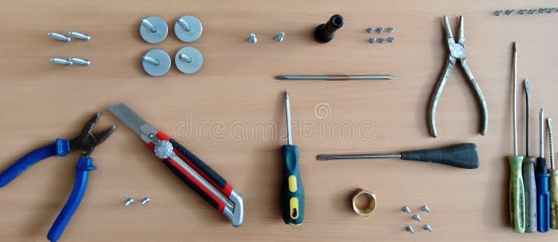Fije de herramientas en un tablero de madera Montaje de los muebles fotos de archivo libres de regalías