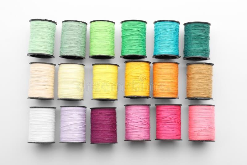 Fije de hilos de coser en el fondo blanco fotografía de archivo libre de regalías
