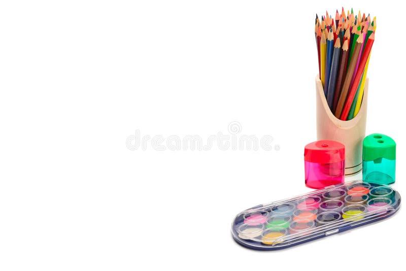 Fije de lápices y de pinturas coloreados para dibujar aislada en el fondo blanco Espacio libre para su texto imágenes de archivo libres de regalías