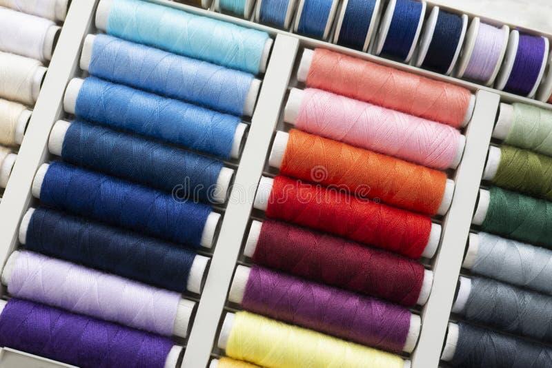 Fije de las bobinas del hilo de coser imagen de archivo libre de regalías