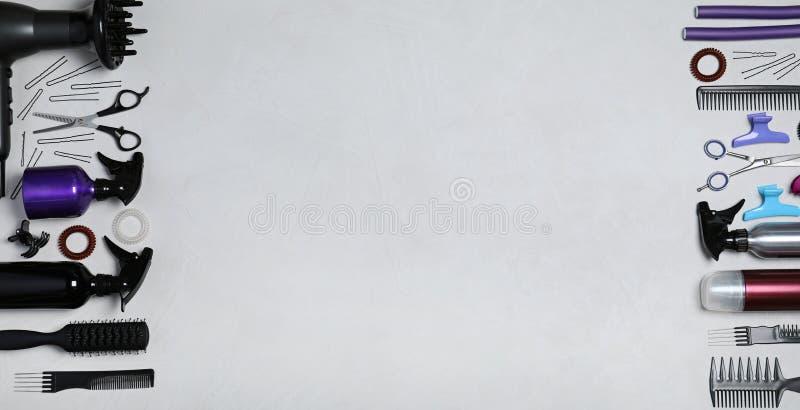 Fije de las herramientas del peluquero profesional en fondo ligero foto de archivo libre de regalías