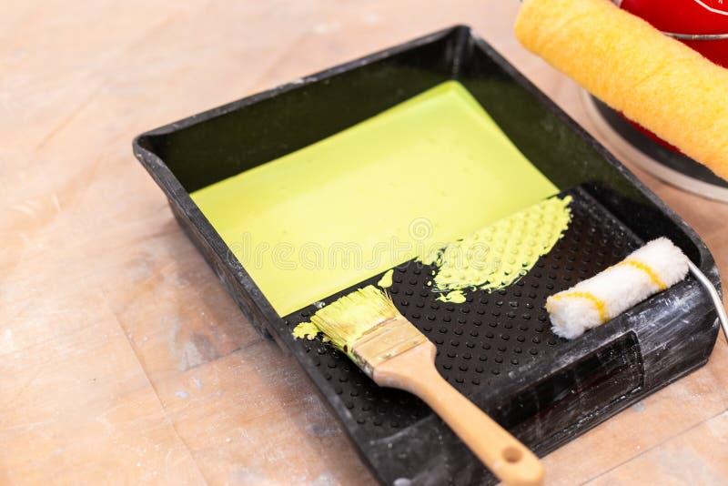 Fije de las herramientas del pintor de manera operacional Herramientas de pintores fotografía de archivo