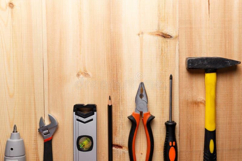 Fije de las herramientas de la mano en la tabla de madera imagen de archivo libre de regalías