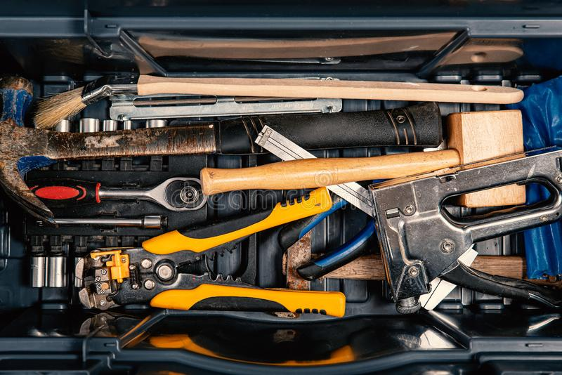 Fije de las herramientas de trabajo en la caja de herramientas, visi?n superior H?galo usted mismo fotografía de archivo